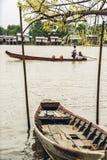 L'albero della barca, del paesino di pescatori e di salice fiorisce nel Myanmar 2 immagine stock