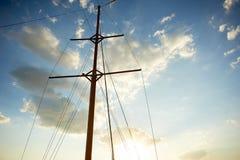 L'albero di legno di vecchia nave sui precedenti di cielo blu Uscendo al mare ed alle avventure immagine stock libera da diritti