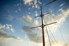 L'albero di legno di vecchia nave sui precedenti di cielo blu Uscendo al mare ed alle avventure fotografia stock