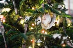 L'albero di Natale con le forcelle, le tazze ed i coltelli gradiscono i giocattoli di Natale Fotografie Stock Libere da Diritti