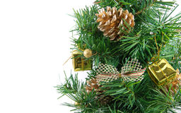 L'albero di Natale decorato dorato con molti presenta Fotografie Stock Libere da Diritti