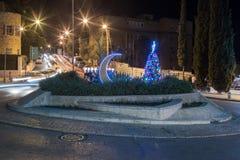 L'albero di Natale decorato, la hanukkah Menorah e il Crescentset musulmano sull'Unesco quadrano per tolleranza e pace davanti a  Immagine Stock Libera da Diritti