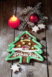 L'albero di Natale del pan di zenzero con la cannella della candela stars la lampadina di natale del ramoscello del pino sul pavi Fotografia Stock