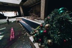L'albero di Natale/festa orna - Randall Park Mall - Cleveland abbandonati, Ohio fotografia stock libera da diritti