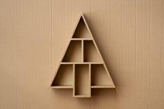 L'albero di Natale ha modellato il contenitore di regalo sul fondo del cartone Immagini Stock Libere da Diritti
