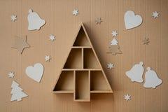 L'albero di Natale ha modellato il contenitore e le decorazioni di regalo, sul fondo del cartone Immagini Stock