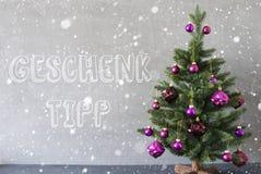 L'albero di Natale, i fiocchi di neve, la parete del cemento, Geschenk Tipp significa la punta del regalo Immagine Stock