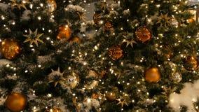 L'albero di Natale meravigliosamente decorato con grande oro e palle d'argento, stelle, ghirlande e neve artificiale sta stando archivi video