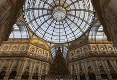 L'albero di Natale nella galleria Vittorio Emanuele immagini stock