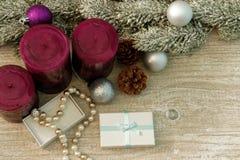 L'albero di Natale si ramifica, candele e collana della perla in un contenitore di regalo Fotografia Stock Libera da Diritti