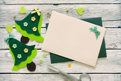 L'album à Noël a placé avec les arbres et l'enveloppe de Noël Images stock