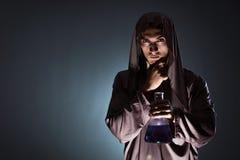 L'alchimiste faisant des expériences dans le concept d'alchimie images stock