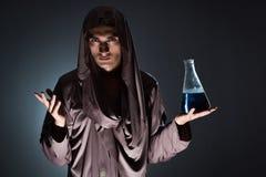 L'alchimiste faisant des expériences dans le concept d'alchimie photographie stock