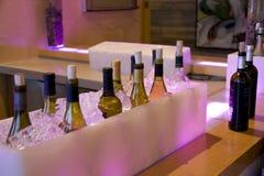 L'alcool beve le bottiglie in ghiaccio nel ristorante della barra Immagine Stock Libera da Diritti