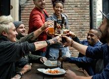L'alcool di miscela delle bevande della birra del mestiere celebra il rinfresco fotografia stock