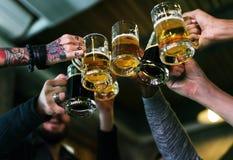 L'alcool di miscela delle bevande della birra del mestiere celebra il rinfresco Immagini Stock