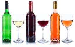 L'alcool di vetro di vini delle bottiglie e del rosa rossa di vino bianco beve il isolat fotografie stock libere da diritti