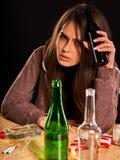 L'alcoolisme de femme est problème social Santé potable femelle de pauvres de cause images libres de droits