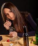 L'alcoolisme de femme est problème social Santé potable femelle de pauvres de cause photos libres de droits