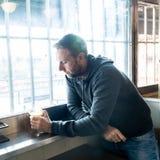 L'alcoolizzato ha depresso l'uomo che beve in una sensibilità a disperata triste della barra fotografia stock libera da diritti
