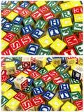 L'alfabeto di legno blocca il modello casuale Immagini Stock