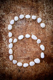 '6' l'alfabeto di numero ha fatto la pietra di bianco della forma Fotografia Stock
