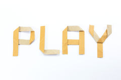 L'alfabeto di Origami segna il bastone con lettere riciclato del mestiere di carta su fondo bianco Fotografia Stock