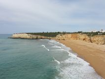 L'Algarve un beau voyage par la route au Portugal - belles falaises - vue de côté Image stock