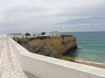L'Algarve un beau voyage par la route au Portugal - belles falaises - vue de côté Photos libres de droits