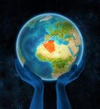 L'Algeria su terra in mani nello spazio royalty illustrazione gratis