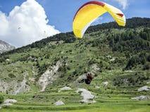 L'aliante atterra sul campo erboso fra le montagne nel frech Alta Provenza Fotografie Stock Libere da Diritti