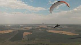 L'aliante dell'atleta vola sul suo aliante accanto ai sorsi Fucilazione di seguito dal fuco archivi video