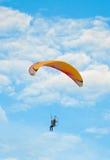 L'aliante vola nel cielo blu Immagine Stock Libera da Diritti