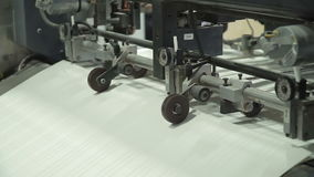 L'alimentatore foglio a foglio di vuoto fornisce i diversi fogli di carta nel torchio tipografico dal mucchio di carta Relativo a video d archivio