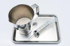 L'alimentazione della brocca e l'alimentazione della siringa è l'uso dell'attrezzatura medica per Enter immagine stock libera da diritti