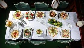 L'alimento è servito alla tabella Immagine Stock