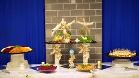 L'alimento è servito sulla tavola, la tavola svedese: carne stock footage