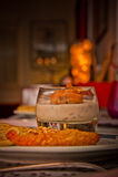 L'alimento è servito in un vetro ed in un piatto in un'atmosfera accogliente immagine stock libera da diritti