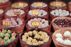 L'alimento cinese ha cotto a vapore il dimsum in contenitori di bambù tradizionali fotografia stock libera da diritti