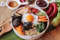 L'alimento coreano del Bibimbap è delizioso su fondo di legno Fotografia Stock