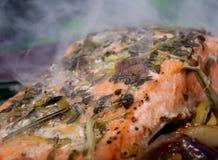 L'alimento di estate, rosa ha colorato la bistecca di pesci in una marinata del vino Fotografie Stock