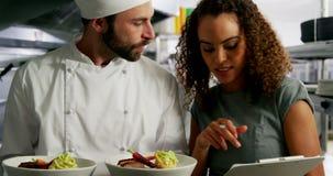L'alimento di trasporto del cuoco unico placca l'interazione con il responsabile del ristorante archivi video