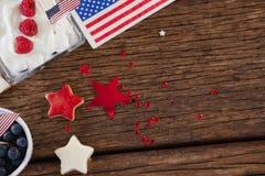 L'alimento e la stella dolci modellano la decorazione sistemata sulla tavola di legno Fotografie Stock Libere da Diritti
