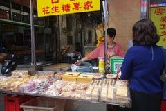 L'alimento e lo spuntino della via vicino a Senado quadrano a Macao fotografie stock