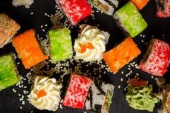 L'alimento giapponese tradizionale, sushi della miscela ha messo sulla tavola di legno Fotografie Stock