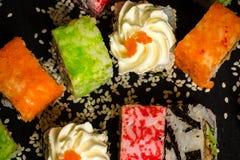 L'alimento giapponese tradizionale, sushi della miscela ha messo sulla tavola di legno Fotografia Stock Libera da Diritti