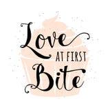 L'alimento ha collegato la citazione con il bigné, amore disegnato a mano di tipografia di slogan del segno del testo dell'iscriz Fotografia Stock Libera da Diritti