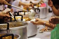 L'alimento pratico dell'affamato è la speranza di povertà: concetto dell'essere senza tetto fotografie stock