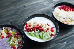 L'alimento sano delizioso, frullato del yogurt lancia con le fette della frutta immagine stock libera da diritti