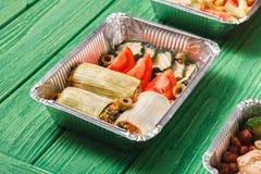 L'alimento sano porta via in scatole di pranzo a legno verde Fotografie Stock